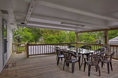 Dine on your own Cajun feast at the 8-person outdoor table.