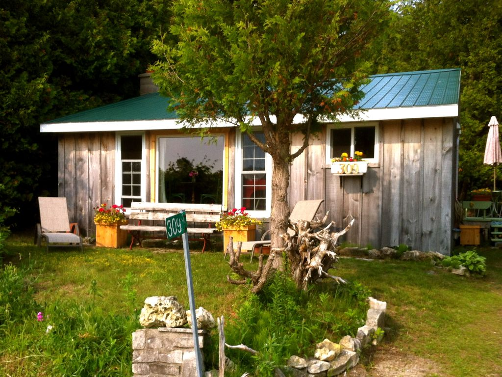 Cozy cottage near sauble beach 3 br 2 bath vrbo for Cozy canadian cottage