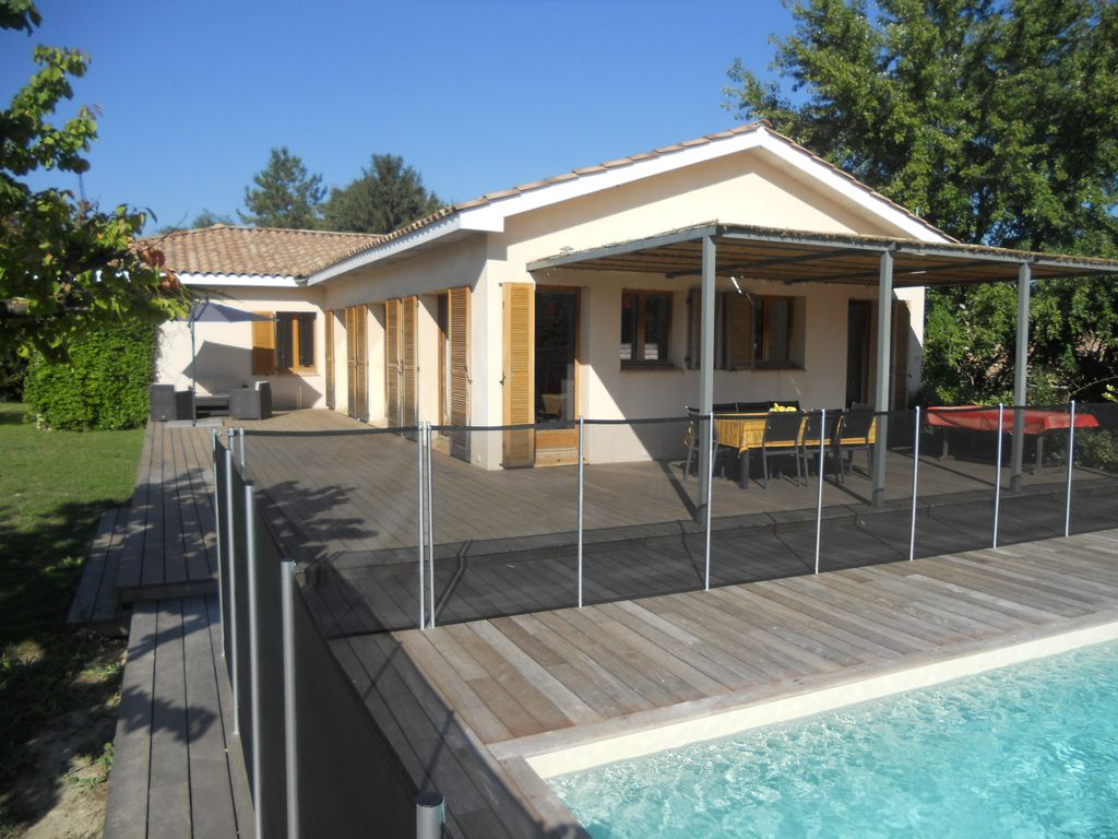 Aigues vives maison contemporaine avec piscine et grand for Jardin maison contemporaine