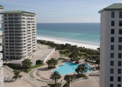 This is beach living at its finest—in the penthouse, no less! Look at that gorgeous panoramic view of the Gulf of Mexico and Choctawhatchee Bay!