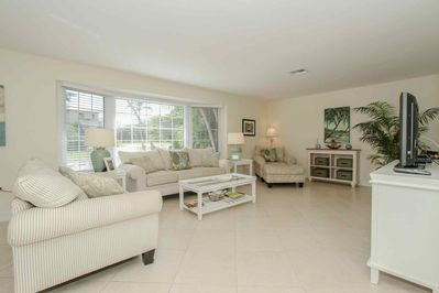 Open & spacious LR w/abundance of natural light & ample seating.