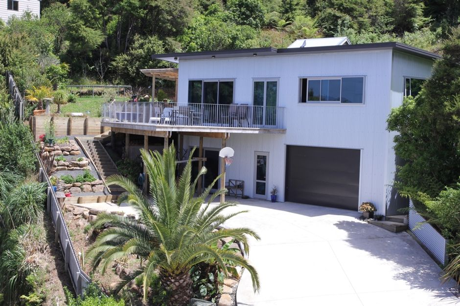 Large modern home and deck with impressive homeaway for Big modern house tour
