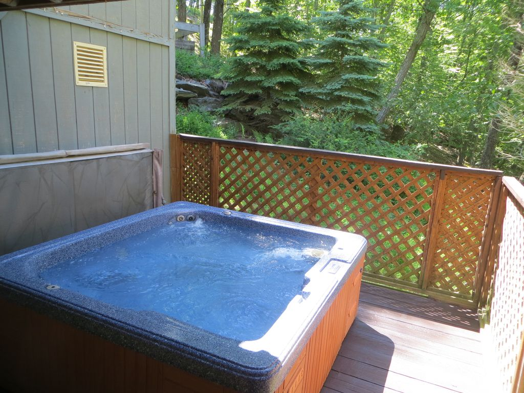 Private Hot Tub, WiFi, Gameroom, Close to Skiing, Walk to Outdoor Pool