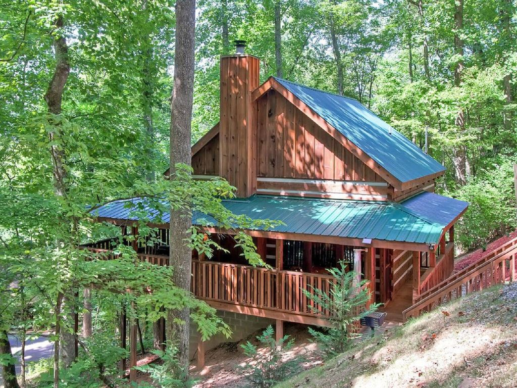 MOUNTAIN HIDEAWAY   AUTHENTIC LOG CABIN MINUTES TO PARKWAY AND  ATTRACTIONS!!!