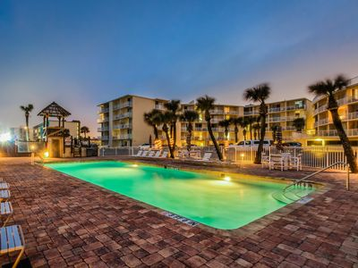 Photo for Oceanfront studio w/ ocean views, pool & entertainment - snowbirds welcome!