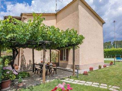 Photo for Holiday house with private garden and pool in a typical Tuscan hamlet.