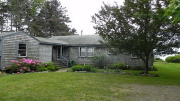 Charming Ocean Front Cottage, Screen Porch and Loft, Walk to Lighthouse