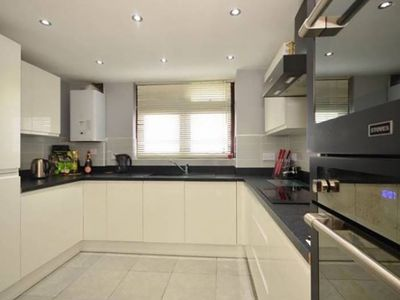 Photo for Newly renovated modern 3 bedroom apartment near central london