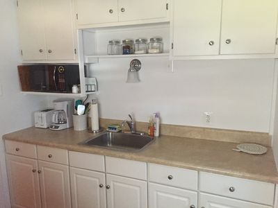 You will find all of the basics in this well equipped kitchen!