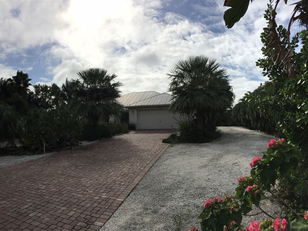 Sleeps Up To 14 Located On 5 Acre Lot With A Heated Pool
