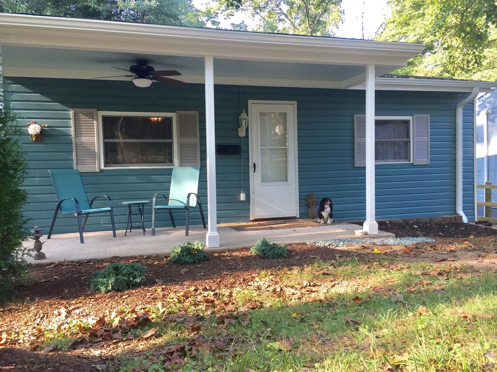 Quiet comfy cottage super clean equippe vrbo for Charlottesville cabin rentals hot tub