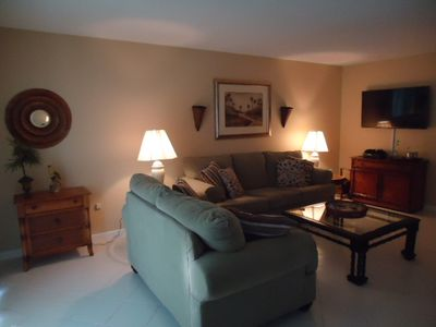 Spacious Living Room with HD Flat Screen TV , Cable and High Speed Wi-Fi