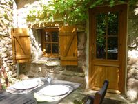 Beautiful garden and location, quiet garden lapped by a sleepy river.