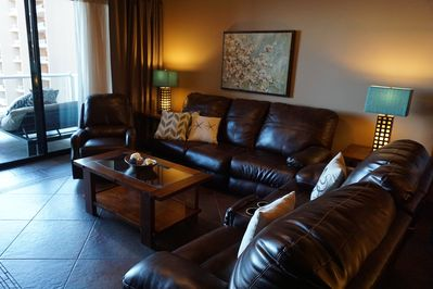Comfortable living room w/queen pullout sofa, leather reclining loveseat, Lazboy