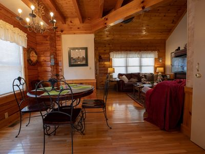 Beautiful cabin with resort amenities-indoor pool  and 1/2 mile from parkway