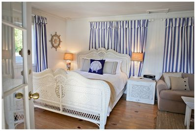 A queen size bed & high quality linens.  Sleeps 3 total with a hide-a-bed.