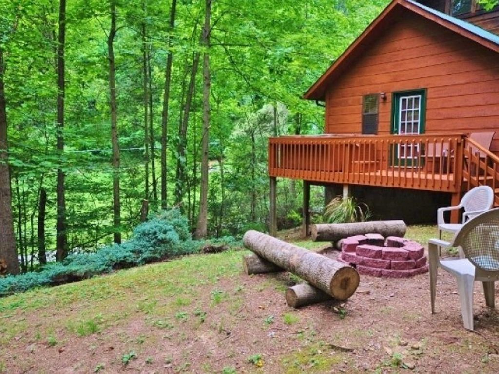 Great setting by creek secluded perfect central location for Wears valley cabin rentals secluded