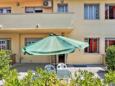 Photo for Lovely apartment for 6 people with WIFI, pool, TV, pets allowed and parking