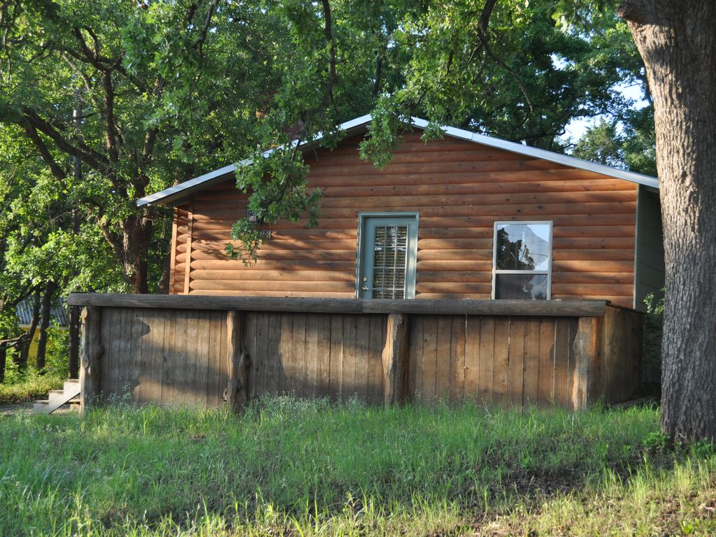 Catfish Cabin Sits On 1/2 Acre Wooded Lot Less Than 2 Blocks From Lake