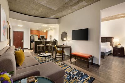 Enjoyable Hotel Suites Downtown Downtown Home Interior And Landscaping Spoatsignezvosmurscom