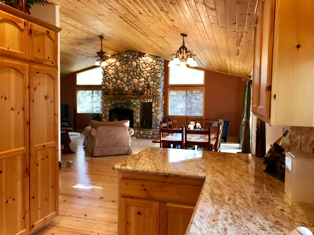 Newer 3 bedroom log cabin home away from home big bear for 3 bedroom log cabin homes