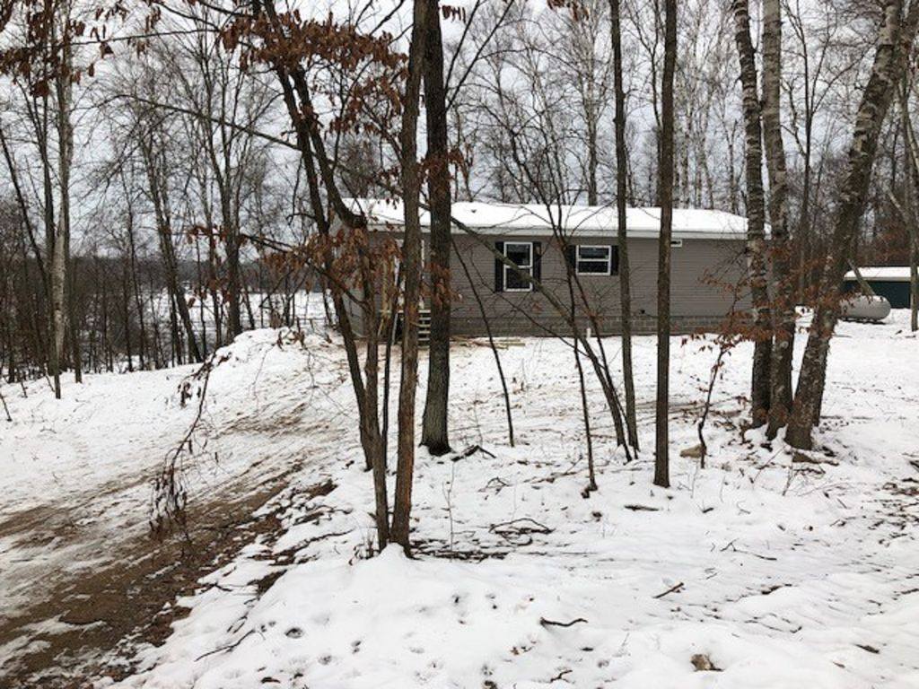 Peaceful and relaxing 3 bd, 2 ba cabin on a quiet lake