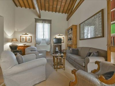 Photo for Spacious Capriate apartment in Oltrarno with WiFi, integrated air conditioning & lift.