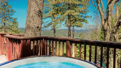 Take a dip in the spa and enjoy views of Lake Gregory. - Take a dip in the spa and enjoy views of Lake Gregory.
