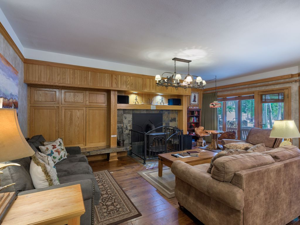 Spacious Condo, Private Indoor Hot Tub, Renovated Kitchen, Close To The  Lifts