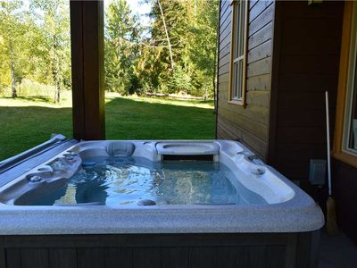 Photo for Spacious condo with private hot tub, kitchen, access to pool & BBQ, 5min walk to ski lifts: T619