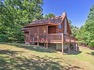 'Happy Ours' Sevierville Cabin w/ Mtn. Views!