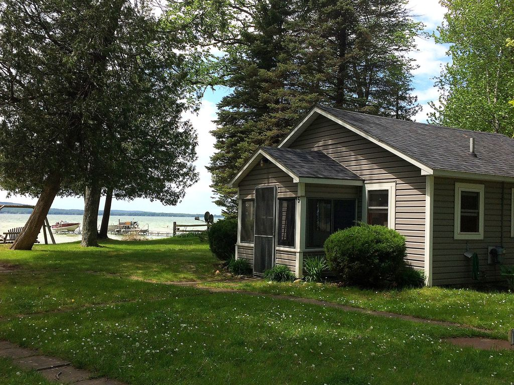 Platte lake waterfront cottage honor northwest michigan for Waterfront cottage