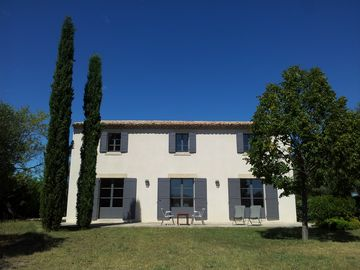 A Uzes, Bastide aux upscale, 2 minutes from the center, salt water swimming pool