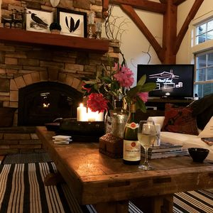Wine, candles & Netflix....perfect evening at the Mountain House!! 🍷🍷🌸