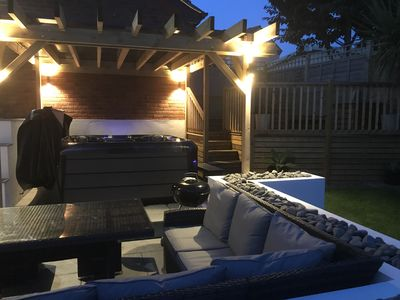 Photo for Hot Tub, 10 minute walk to Fistral beach and Gannel Estuary, pet friendly.