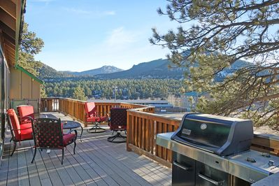 Majestic Mountain - Enjoy grilling and sharing picnic meals with your family on our spacious deck surrounded with breathtaking Rocky Mountain views!