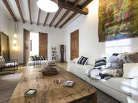 Lovely arty feel to traditional Spanish house. Easy walking distance to cafes and restaurants