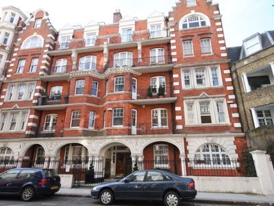 Photo for Spacious, luxury 3 bedroom apartment in South Kensington, Central London