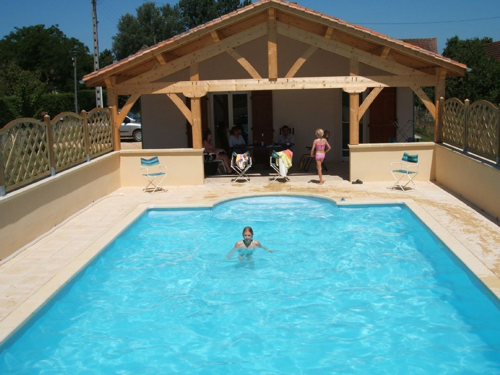 Modern bungalow near Sarlat with spacious patio and pool