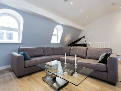 Photo for Stylish apartment sleeping 6, located in London's financial district (Veeve)