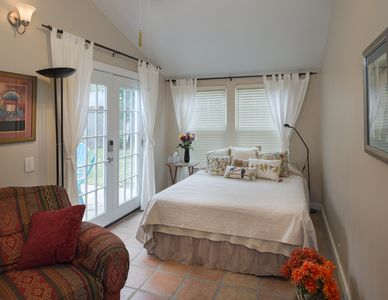 Photo for Cozy Casita in historic Houston Heights