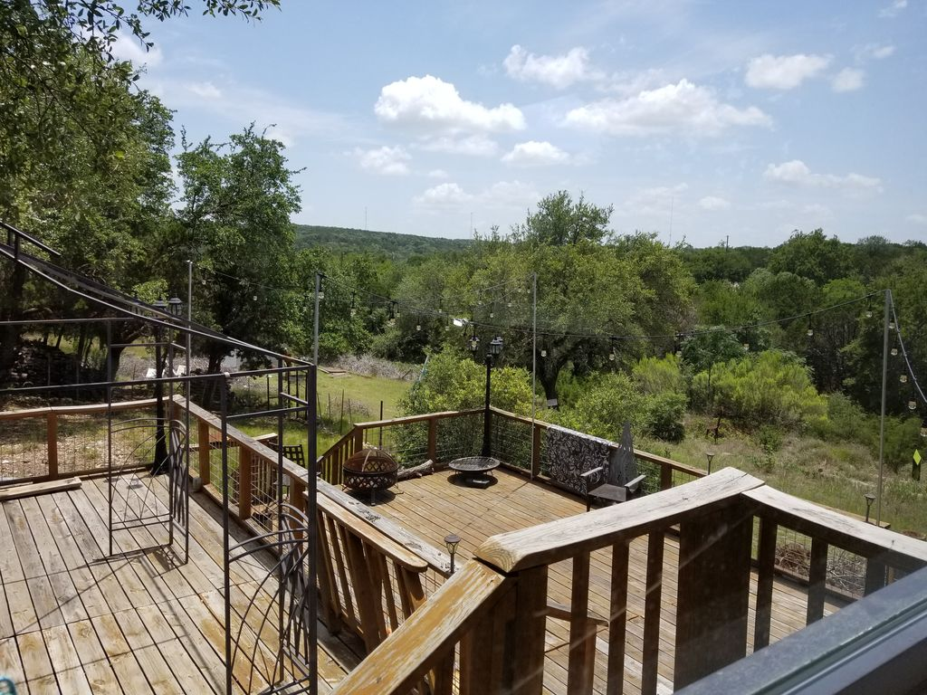 Newly Renovated Home w/ Hill Country views. Relaxing Retreat, 30 min from Austin
