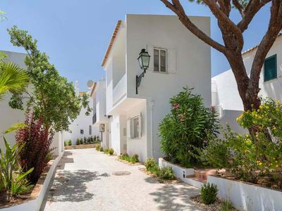 Photo for Townhouse Lotta is a delighful two bedroom townhouse located in Vale do Lobo. The Praca with it's bars, restaurants and shops is a few minutes walk away.