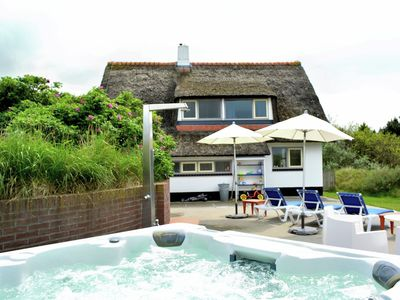 Photo for Beautiful thatched cottage with sauna and Jacuzzi in the dunes on Ameland