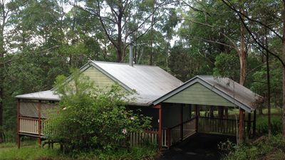Kookaburra Cottage for a couple overlooking park-like grounds and lily pond.