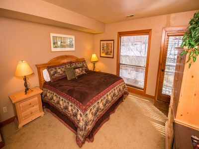 Walk to Ski and Main St., 2 BR - Hot Tubs - Wi-Fi - Fireplace!