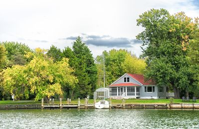 Charming Cottage on a quite creek of the Chesapeake Bay with private pool.