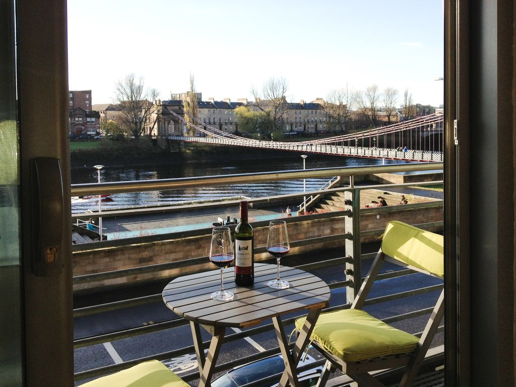 City Centre Location With South Facing Balcony Views Of The River Clyde