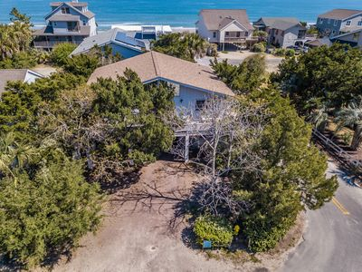 Cozy Island Home with Open Porches, Roomy Bedrooms, Charcoal Grill and just a Short Stroll to the Beach - Call Today!