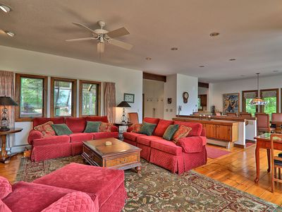 Private Hawk Mountain home with beautiful wooded views and Sauna. Free WIFI